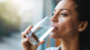 12 bons motivos para você beber água quente
