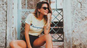 30 ideias de look com T-shirt com logo para você copiar