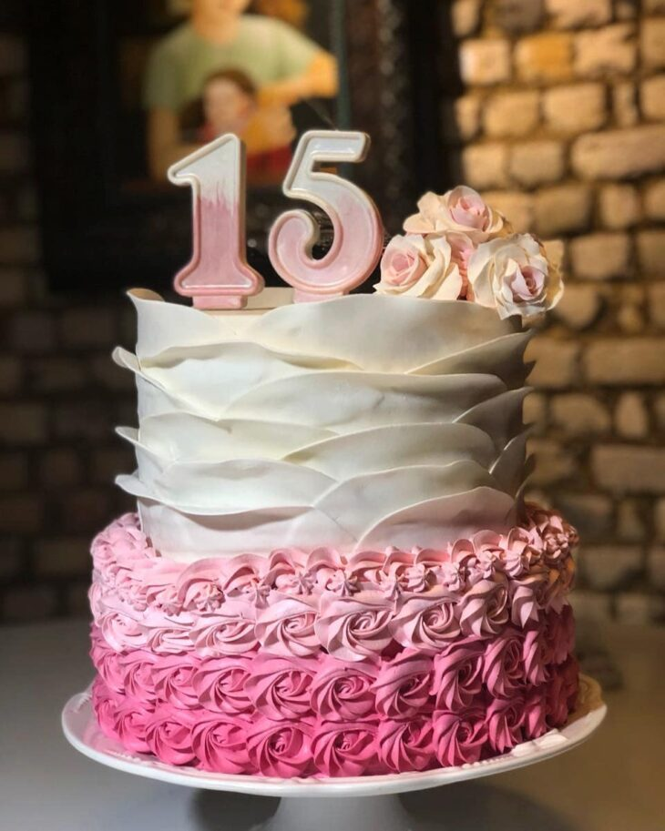 Bolo de 15 anos tipos dicas e fotos lindas para acertar na escolha e eles ficam lindos inclusive em bolos de dois andares thecheapjerseys Choice Image