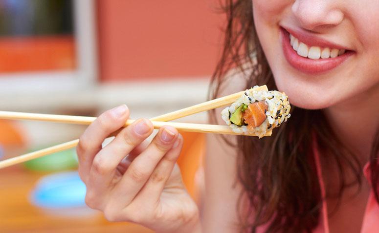 Resultado de imagem para gravida comendo sushi