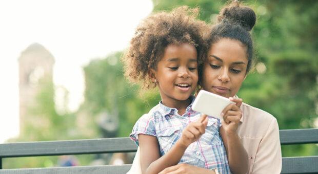 Qual é a idade ideal para dar um celular ao filho? Especialista esclarece o assunto