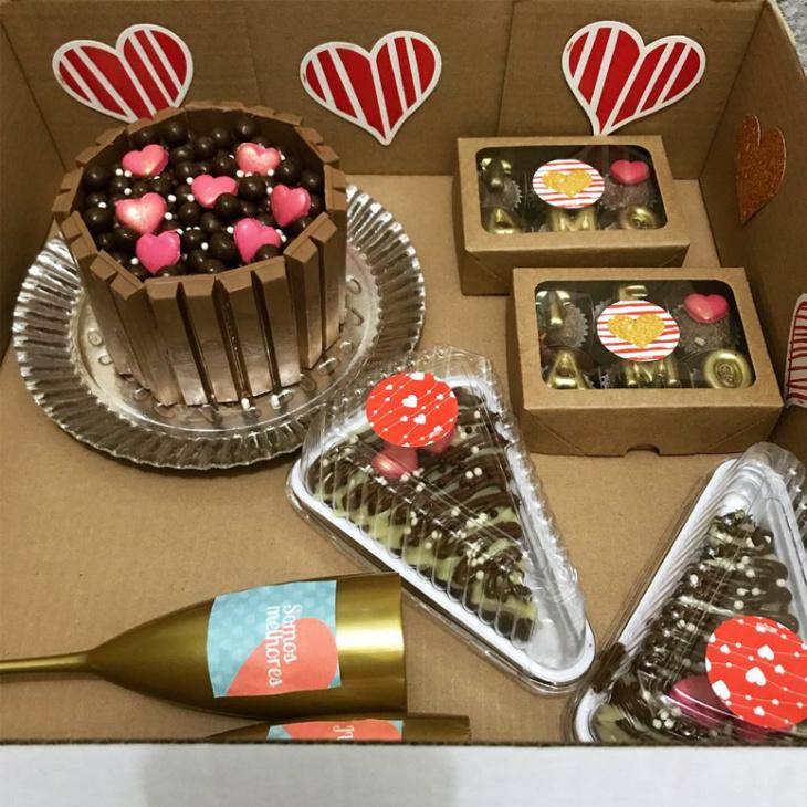 Festa Na caixa bolos e doces