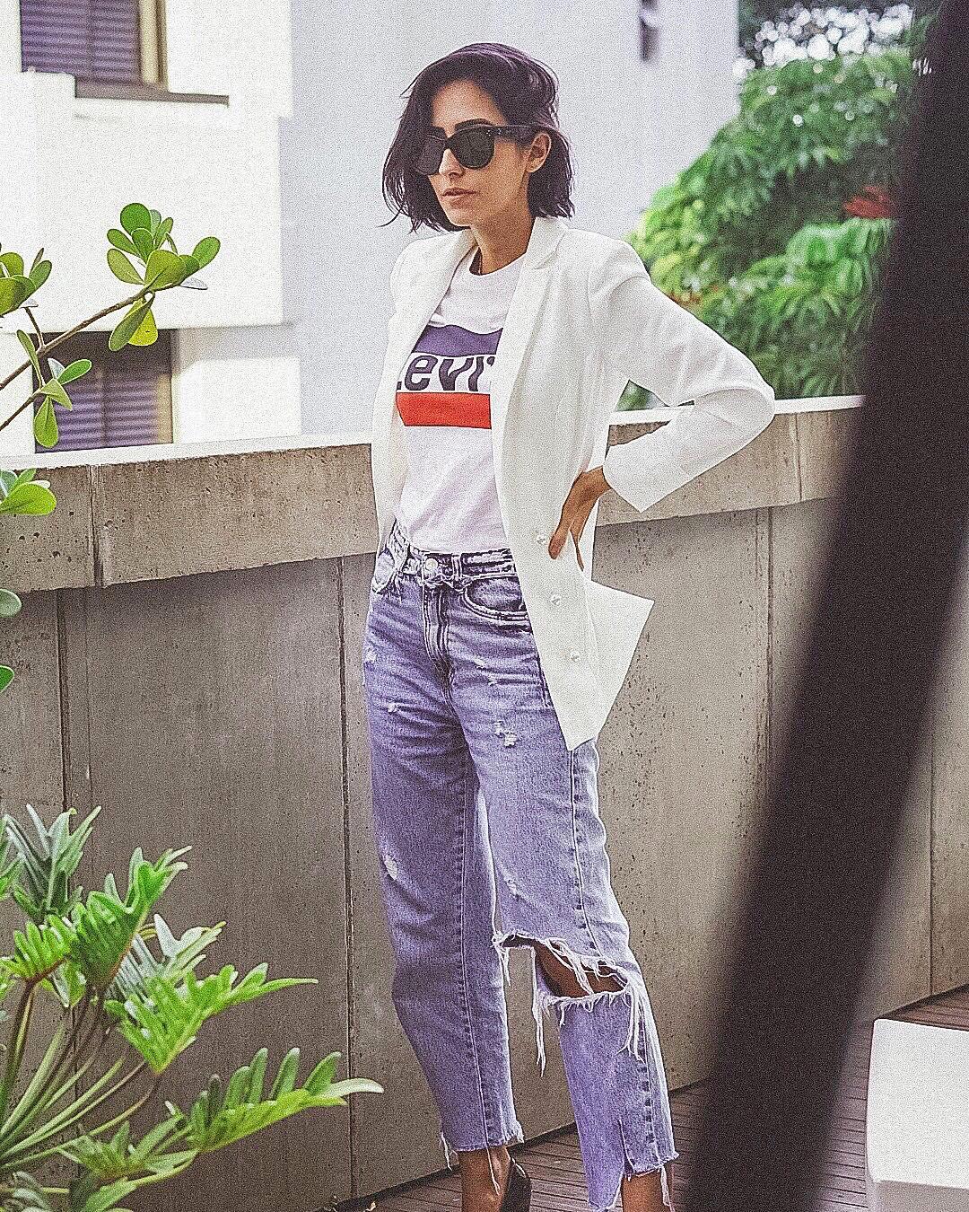 Look camiseta, jeans rasgado e blazer branco