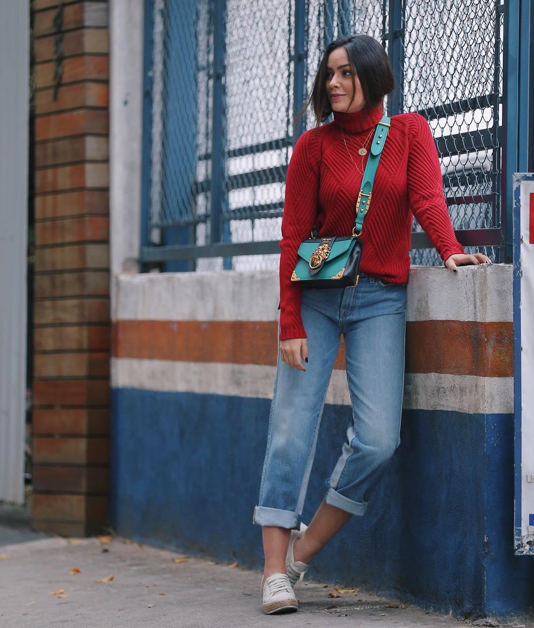 Look suéter vermelho, jeans com a barra dobrada e tênis branco