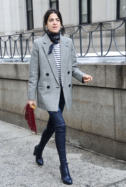 Look camiseta branca com listras pretas, jeans, bota e blazer xadrez
