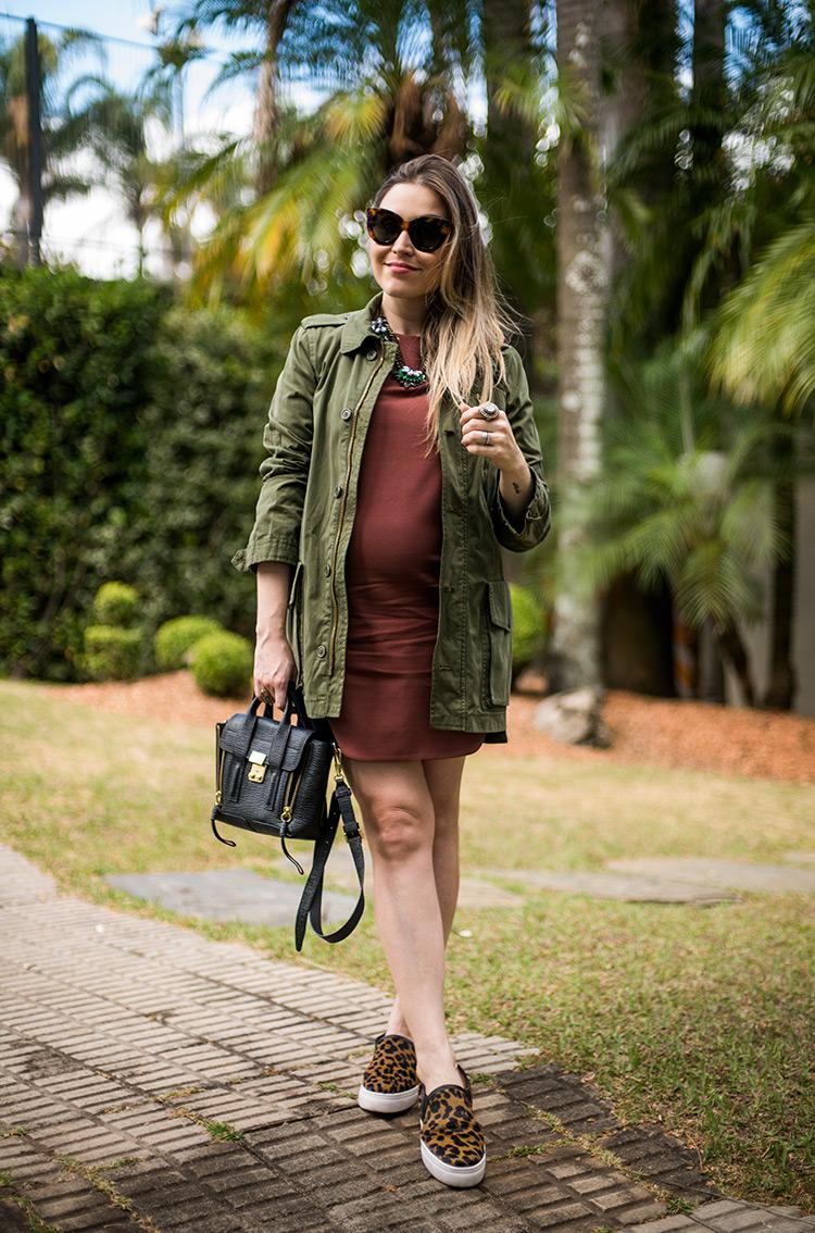 Look vestido terracota, com parka verde militar e tênis slip on de oncinha
