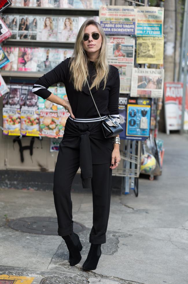 Look total black com calça alfaiataria, blusa manga longa e bota