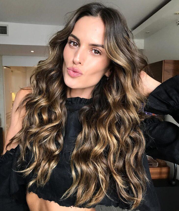 Morena Iluminada em cabelos longos e ondulados
