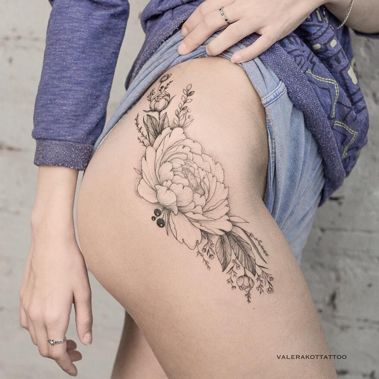 Tatuagem na perna com flores