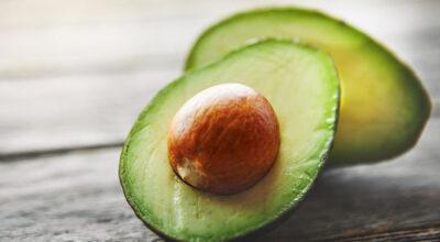 4 motivos para nunca mais jogar o caroço do abacate fora