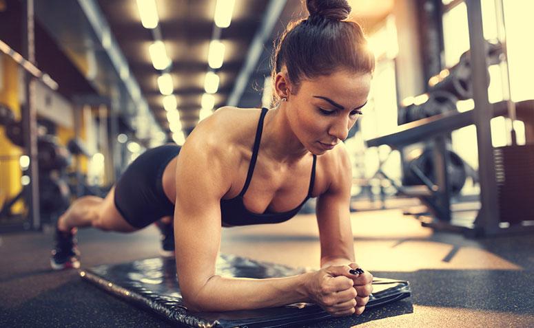 mulher realizando o exercício Prancha