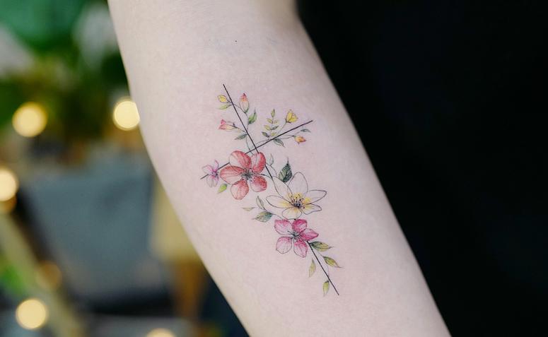 Tatuagens femininas delicadas flores coloridas
