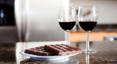 Substância encontrada no chocolate e no vinho pode combater o envelhecimento