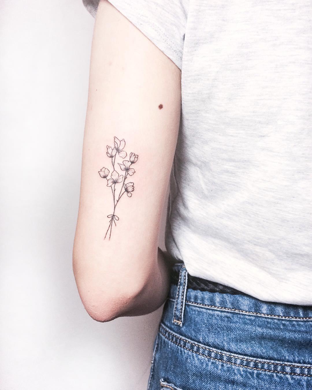 Tatuagens femininas delicadas atrás do braço