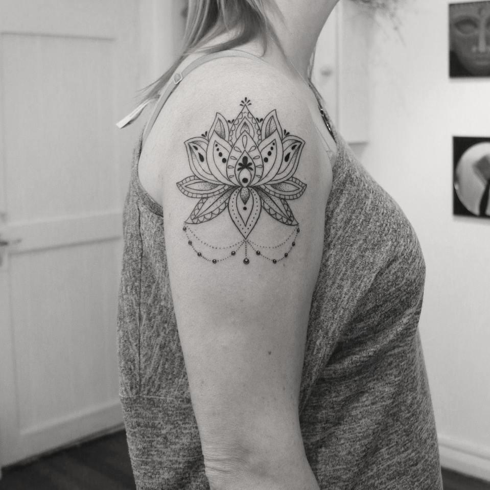 Tattoo feminina mandala no ombro