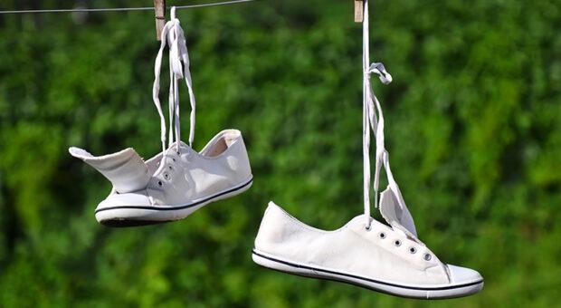 Como limpar tênis branco: aprenda 5 formas infalíveis