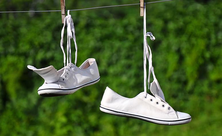 00c8376f927 Como limpar tênis branco  aprenda 5 formas infalíveis (TESTADAS)
