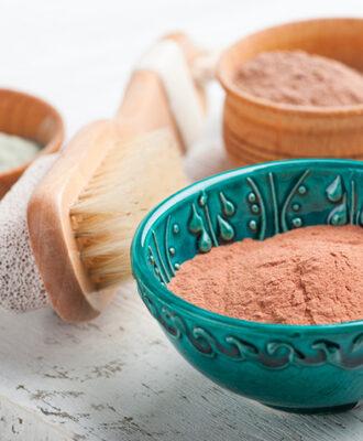 Argila vermelha: conheça os benefícios e aprenda a usar essa substância