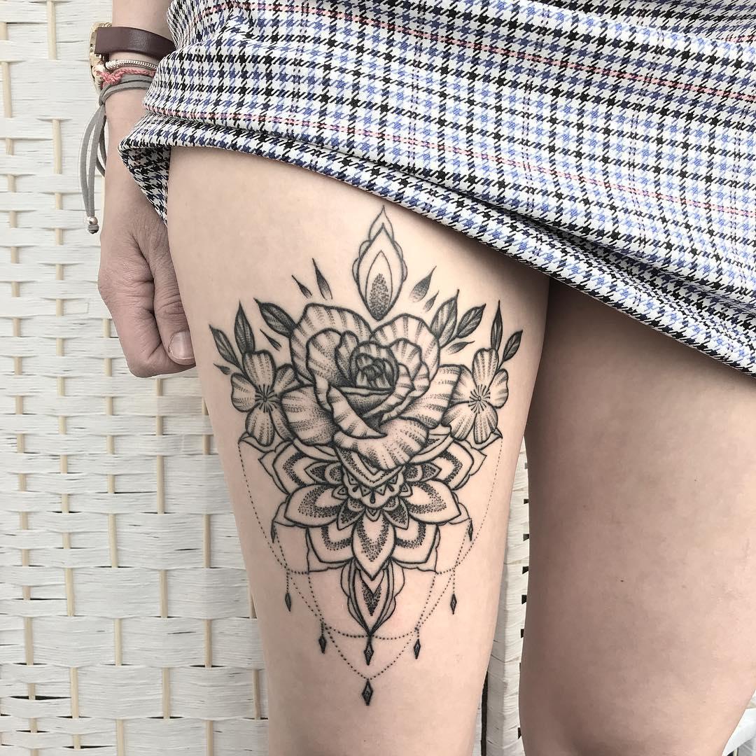 Tatuagem na coxa flor de mandala