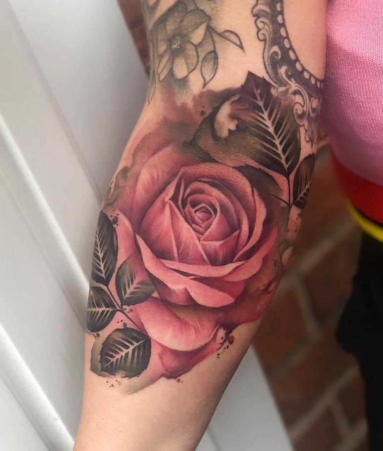 15b8e0409d Ideias incríveis de tatuagens de rosas para você se inspirar - Folha ...