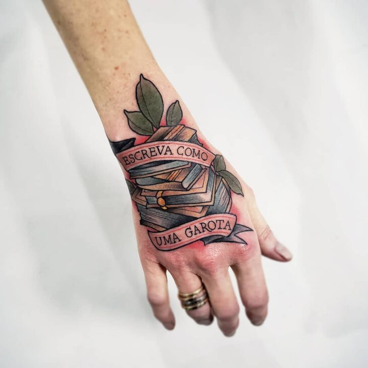 Tatuagem na mão escreva como uma garota