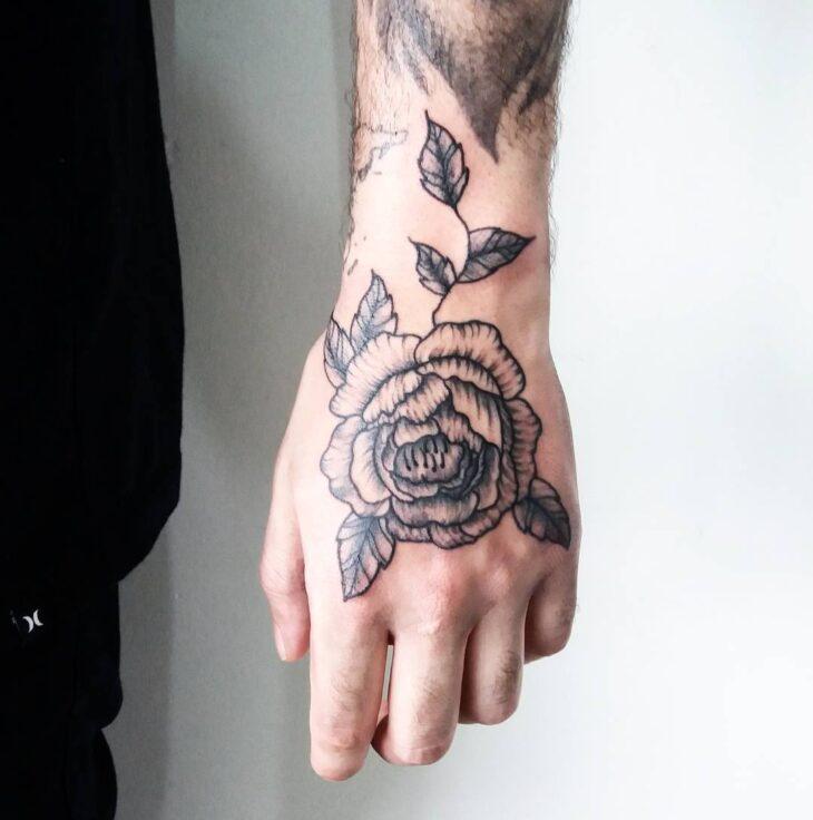Tatuagem na mão flor sombreada