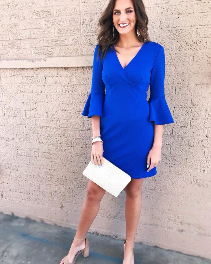 Vestido azul e sapato bege