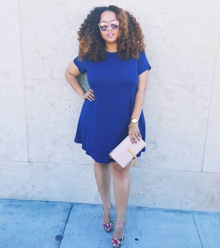 Vestido azul marinho com sapato bege