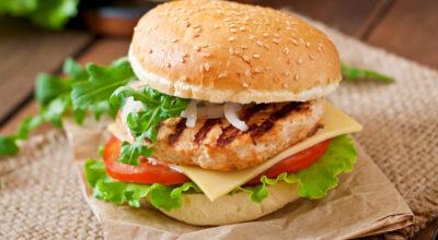 Hambúrguer de frango: 12 receitas para um lanche especial