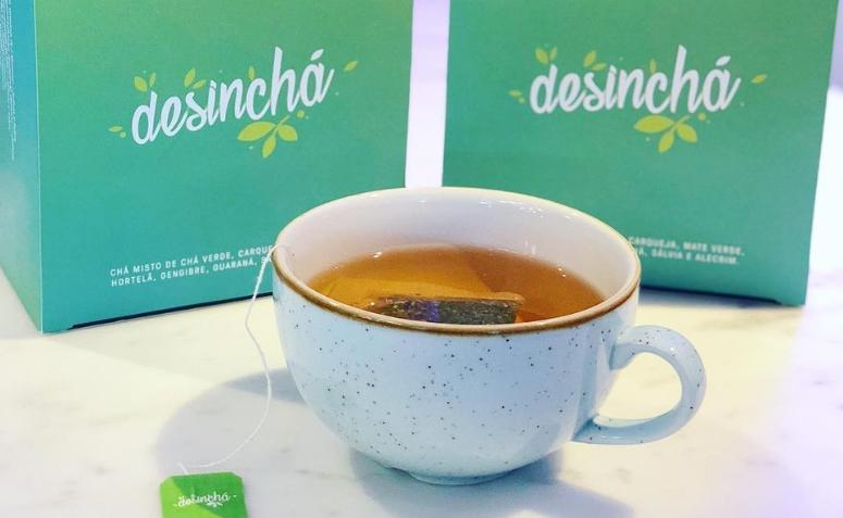 Xícara de chá branca com sachê de Desinchá