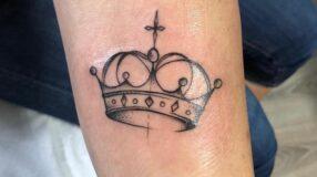 Tatuagem de coroa: 80 inspirações lindíssimas para todos os gostos