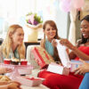 18 brincadeiras para chá de bebê que envolvem os futuros pais e os convidados