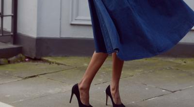 Saia jeans midi: inclua a peça em seu look de forma elegante