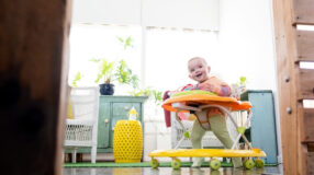Andador de bebê é recomendado? Pediatra esclarece dúvidas