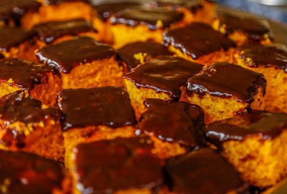 Bolo de cenoura com chocolate: 8 receitas para adoçar o paladar