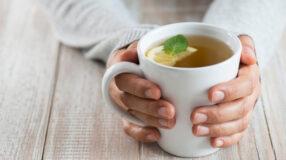 Chá de salsa: saiba se é realmente benéfico preparar essa bebida