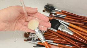 Como limpar pincel de maquiagem: dicas para deixar seus pincéis novinhos