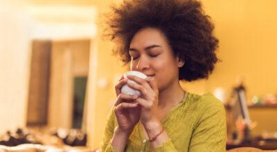 Chá de camomila combate a ansiedade? Esclareça essa e outras dúvidas