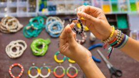 Como fazer pulseiras: 12 vídeos para você elaborar o acessório com estilo