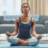 Yoga para iniciantes: conheça os benefícios e como começar a praticar