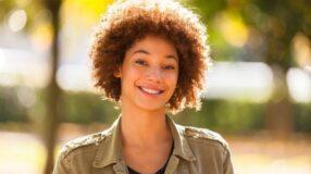 Cabelo black power: dicas de cuidados e fotos incríveis para se inspirar