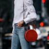 Bolsa redonda: modelos e 20 looks que provam o estilo desse acessório