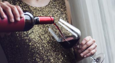 Como abrir vinho sem saca-rolhas: 6 maneiras alternativas e práticas