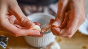Como descascar alho de forma prática e sem complicação