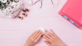 6 truques fáceis e garantidos de como tirar esmalte sem acetona