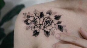 Tatuagem de flor no ombro: 65 inspirações para se apaixonar