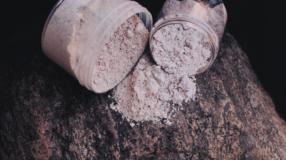 5 produtos com argila rosa para deixar sua pele impecável