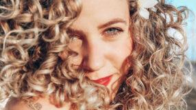 Cabelo cacheado loiro: 30 fotos e dicas para ter fios sempre lindos