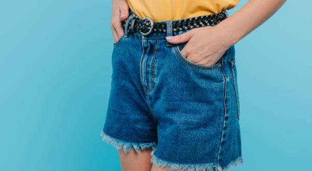 Shorts jeans desfiado: como fazer em casa e arrasar nos looks