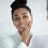 Conheça a prática da yoga facial e todos os seus benefícios